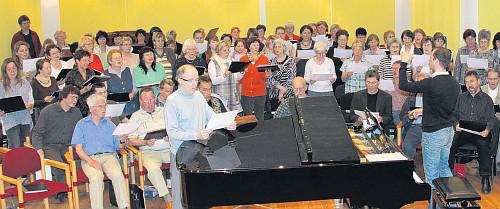 Konzertchor und Kantorei bei der gemeinsamen Probe (Foto: Oliver Spitza)