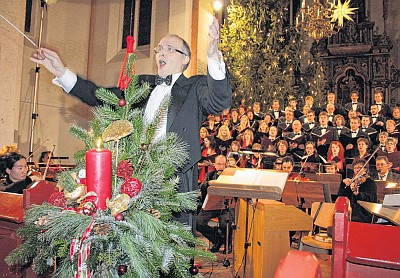 Jürgen Bischof dirigierte Chor und Orchester in der Nikolai-Kirche. Das Publikum war begeistert. (Foto: Lisa Martin)