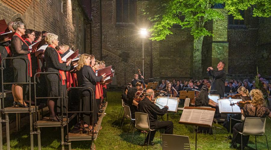 lm Sommer 2019 leitete Jakub Rabizo erstmals das Klostergartenkonzert. (Foto: Franz Roge)